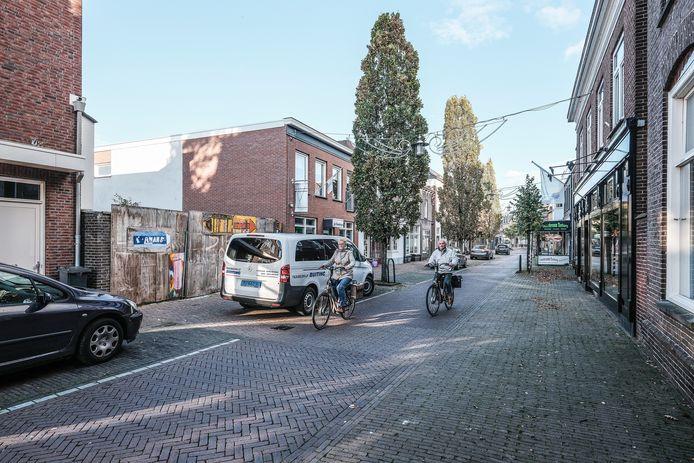 De Hoofdstraat in Terborg. Achter de schutting moet twee woningen komen.