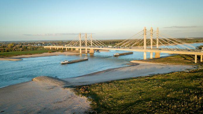 Brede zandbanken door extreem laag water op de Waal tussen Andelst en Ewijk, ter hoogte van de A50.