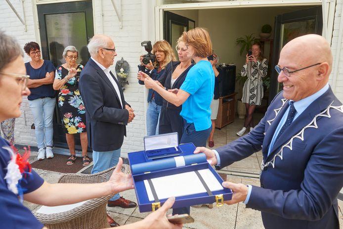 Een late lintjesregen in Meierijstad. Niet de burgemeester maar de dochters van Mies Jonkers speldden de onderscheiding op.