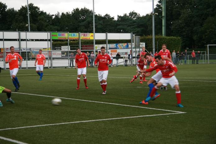 Horst speler Milan van der Maaten tikt de gelijkmaker achter doelman Nick Grootkarzijn van Hierden