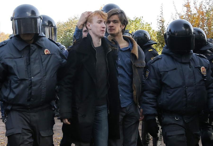 De oproerpolitie pakken homo-demonstranten op tijdens een LGBT-protest in St. Petersburg.
