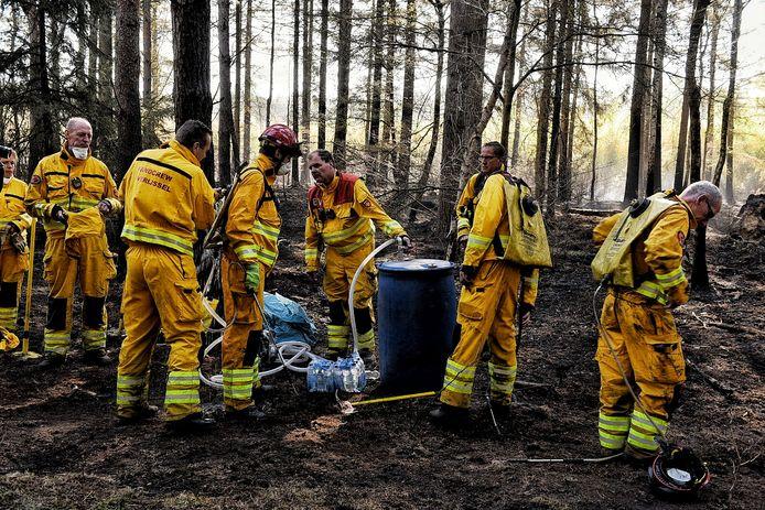 De speciale Handcrew uit Overijssel kwam donderdag ter plaatse om te helpen bij de brandhaarden in Moergestel.