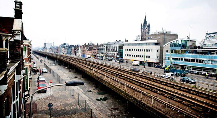 DELFT/RIJEN - In Delft verdween de trein van een spoorviaduct in een tunnel. Dat leidde tot opluchting maar ook tot klachten over trillingen. Precies waar Rijen Trilt bang voor is wanneer twee tunnels in het dorp komen. ProRail zei hier zeker onderzoek naar te gaan doen.