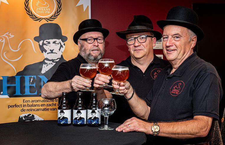 Rik Vanblaere, Bert Soete en Patrick Decock klinken op en met hun nieuwe biertje 'Onze Henri'. Henri Decock, overgrootvader van Rik en Patrick, kijkt op de achtergrond goedkeurend toe.