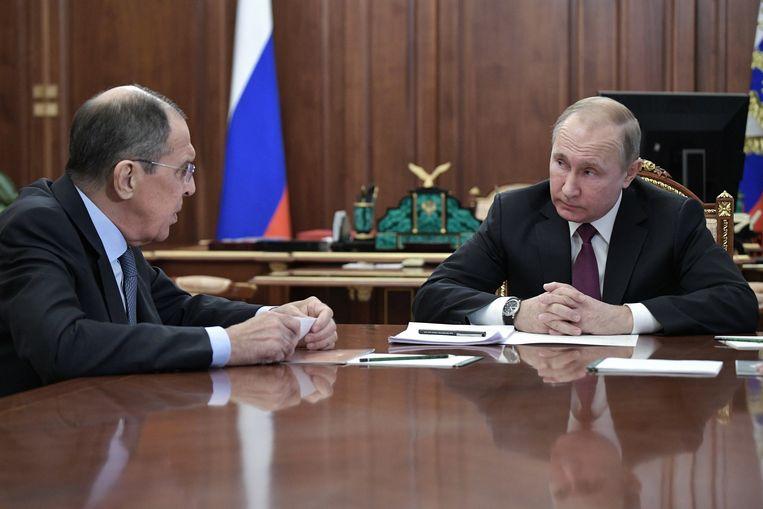 De Russische president Vladimir Poetin in overleg met zijn minister van Buitenlandse Zaken, Sergei Lavrov. Zaterdag kondigde Poetin aan uit het kernwapenverdrag te stappen. Beeld EPA