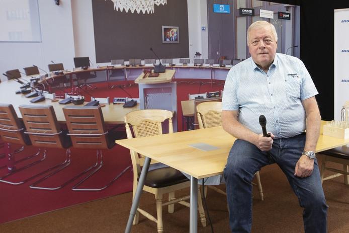 VROOMSHOOP - Oud-raadslid Chris Walraven (70) ontpopt zich tot de Frits Wester van Twenterand, inclusief stand-upjes tijdens de gemeenteraad op tv-zender Delta FM en een praatprogramma.