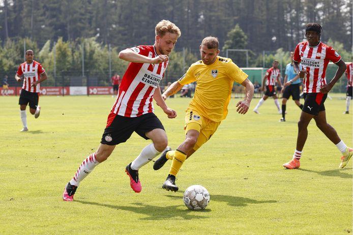 Dante Rigo van PSV in duel met Levan Kenia van KFC Uerdingen.