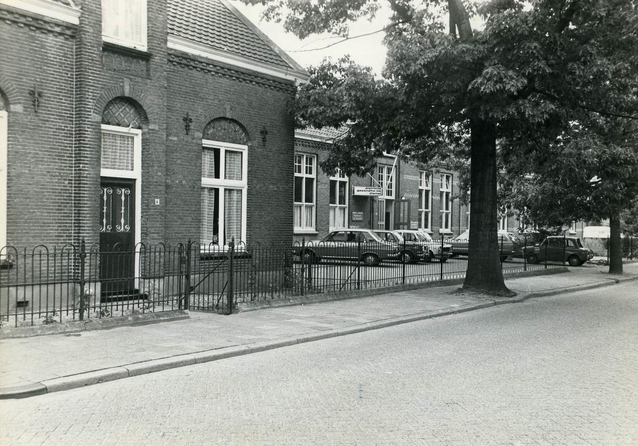 De voormalige openbare school aan de Eikenboomgaard (1883-1946). Links de onderwijzerswoning.