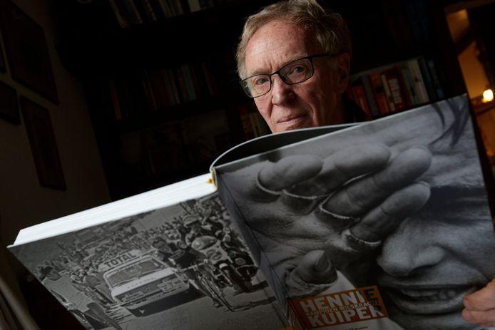 Wielerschrijver Joop Holthausen met een van zijn eerdere wielerboeken, een lijvig werk over Hennie Kuiper.