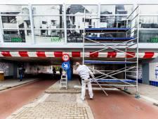 Geluidsschermen viaduct bij Rietveld Schröderhuis opgesierd door zwart-wit foto's