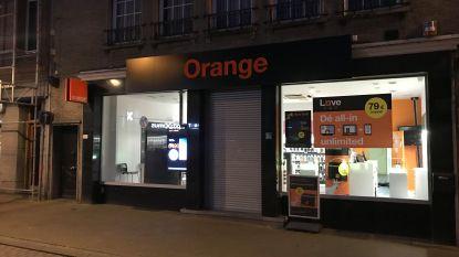 Orange Shop vlak voor sluitingstijd overvallen: daders maken heleboel smartphones buit