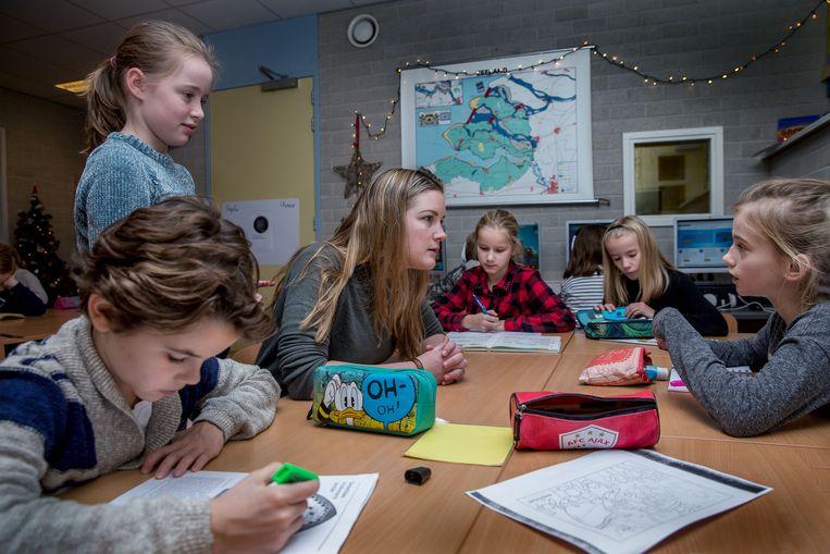 Maaike Han en  geeft les op het de Van der Bruggenschool in Huizen. Beeld Jean-Pierre Jans