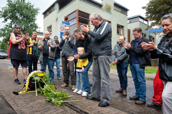Supporters van Vitesse applaudiseren bij het monument voor stadion Nieuw-Monnikenhuize onderaan de Dominicanenweg voor de overleden publiekslieveling Dejan Curovic.