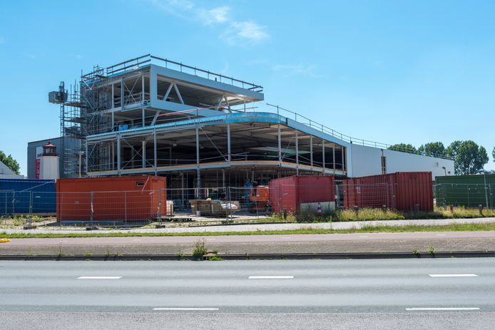 Het nieuwe pand van Volvo garage Van Roosmalen in Veldhoven in aanbouw.