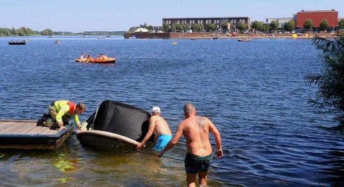 Bootje zinkt op Groote Wielenplas in Rosmalen