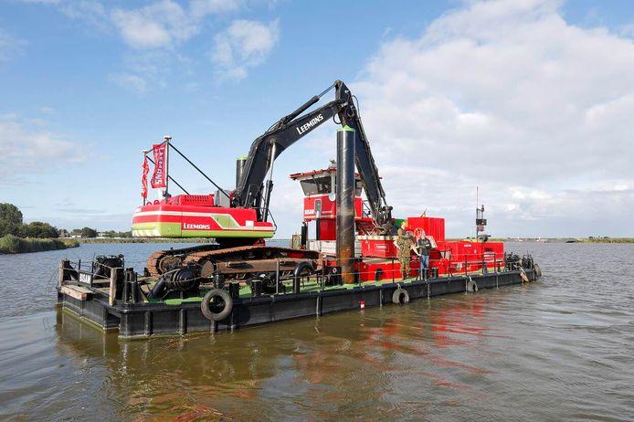 Het ponton met de apparatuur van Leemans.