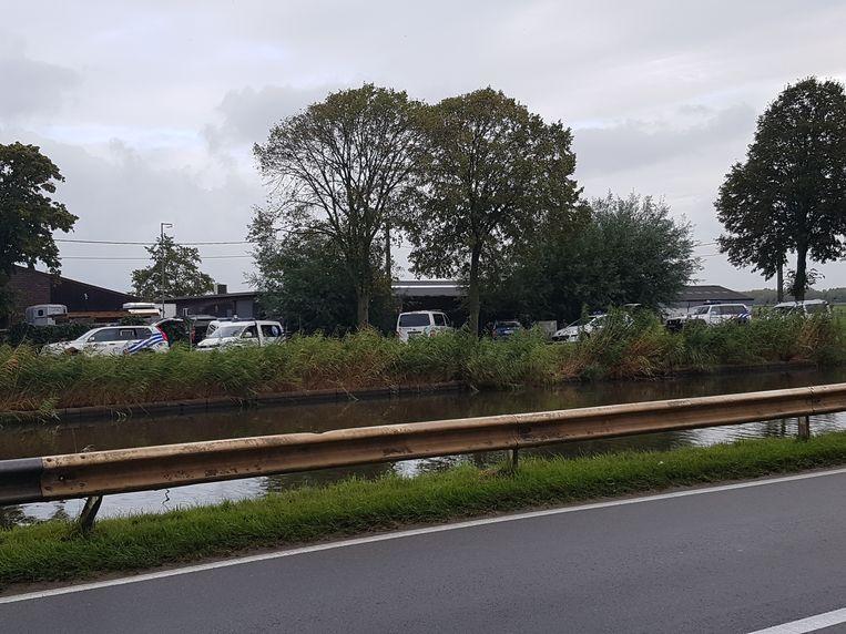 Een tiental politiewagens verzamelde zich dinsdagvoormiddag bij een woning langs het jaagpad in Snaaskerke.