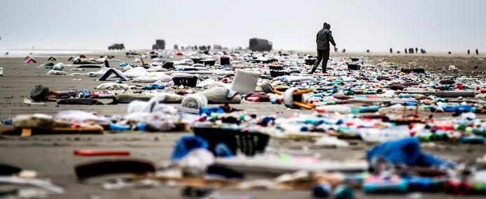 Spullen op het strand die zijn aangespoeld vanaf de MSC Zoe