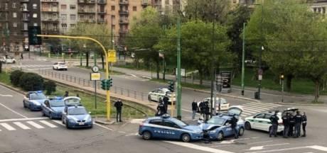 Politieauto's botsen op elkaar in lege straten van Milaan