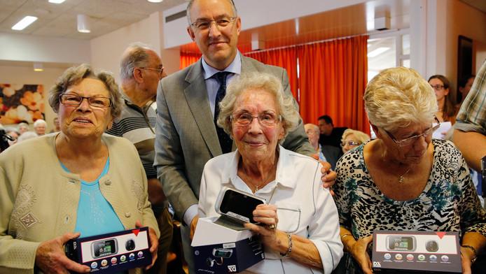 Burgemeester Aboutaleb met bewoners van serviceflat De Hoeksteen. De gemeente deelde samen met de woningcorporatie digitale deurspionnen uit.