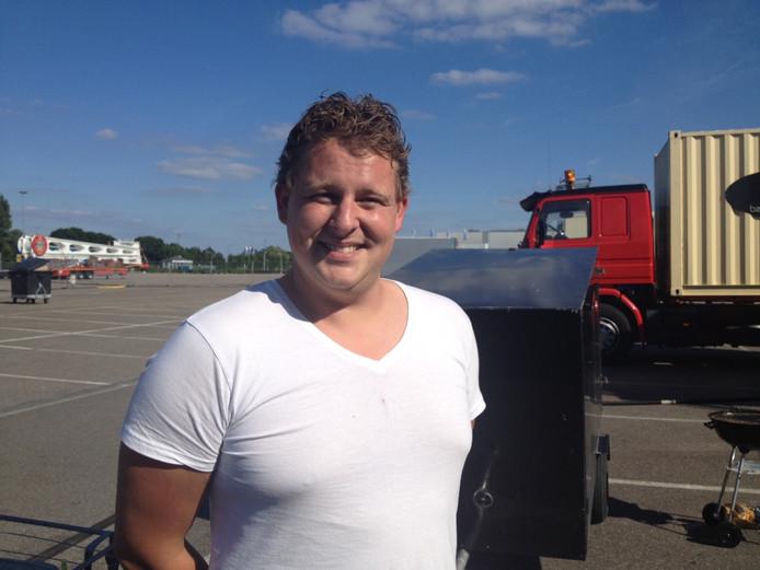 Evert Bakker (ballengooien) wacht bij de Brabanthallen op de start van de Bossche kermis.