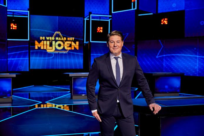 Martijn Krabbe presenteert de nieuwe spelshow 'De weg naar het Miljoen'.