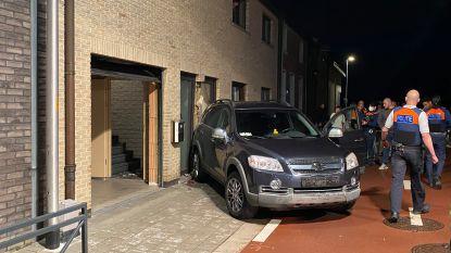 Voorgevel beschadigd nadat bestuurder er met wagen tegen rijdt