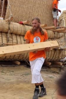 Mark Peels gaat met een prehistorisch schip zee op