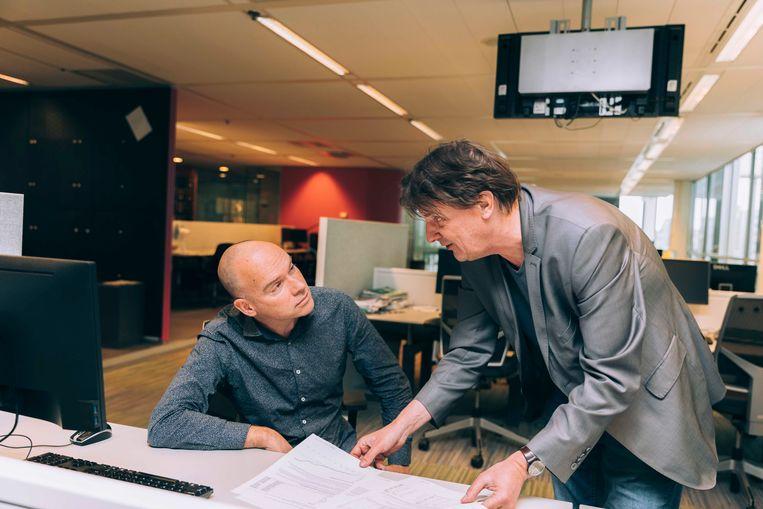 Economieredacteur Wilco Dekker (rechts) met collega Bard van de Weijer op de redactie van de Volkskrant. Beeld Rebecca Fertinel