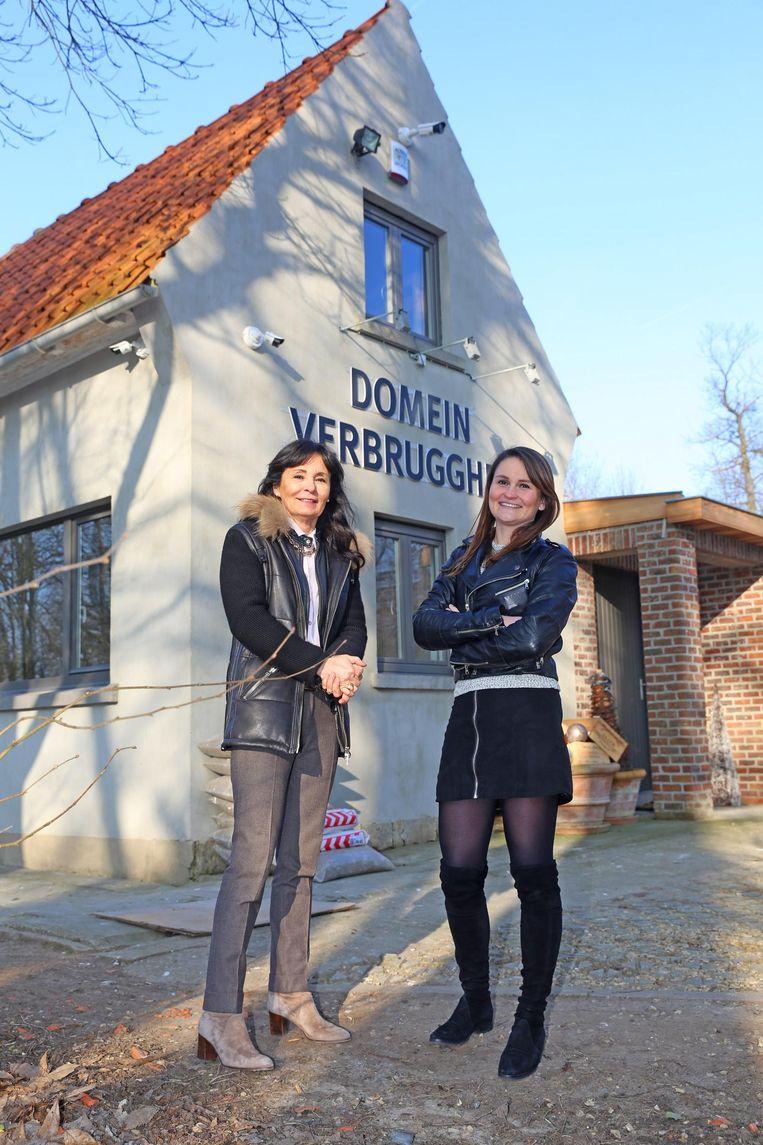 Kristine Doms en Catherine Krauch bij het oude kamppaviljoen, dat grondig gerestaureerd werd.