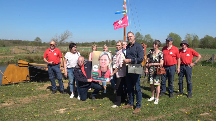 Annie Schreijer-Pierik op campagne bij de aspergetocht in Hardenberg.