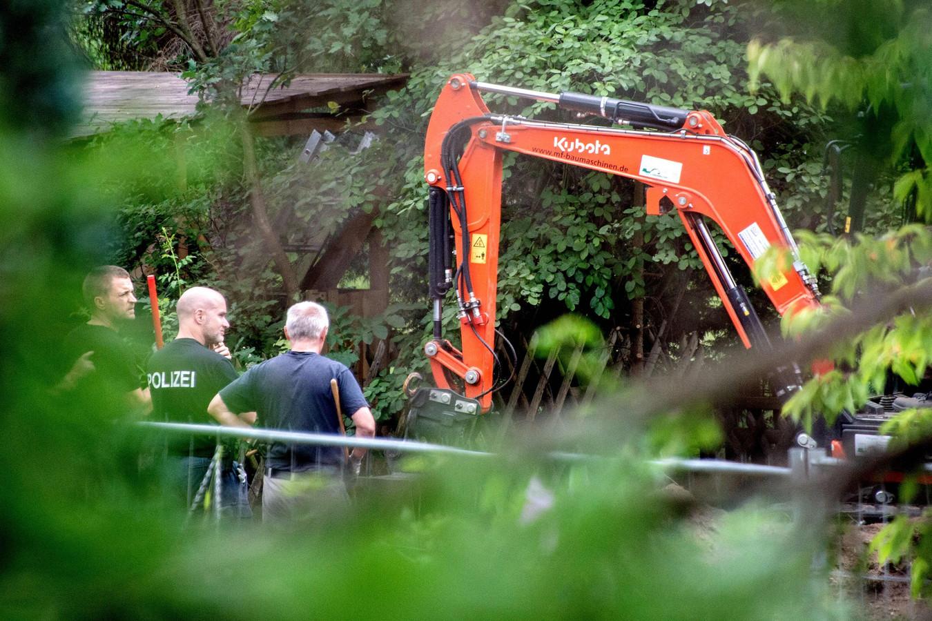 Eind juli doorzocht de Duitse politie in Hannover een volkstuintje waar B. heeft vertoefd.