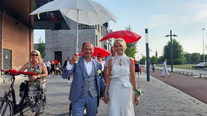 Ron Apontoweil en zijn kersverse echtgenote Irene van der Burg.