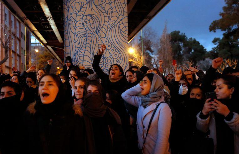 Iraniërs protesteren voor een gebouw van de Amir Kabir Universiteit in Teheran. Beeld EPA