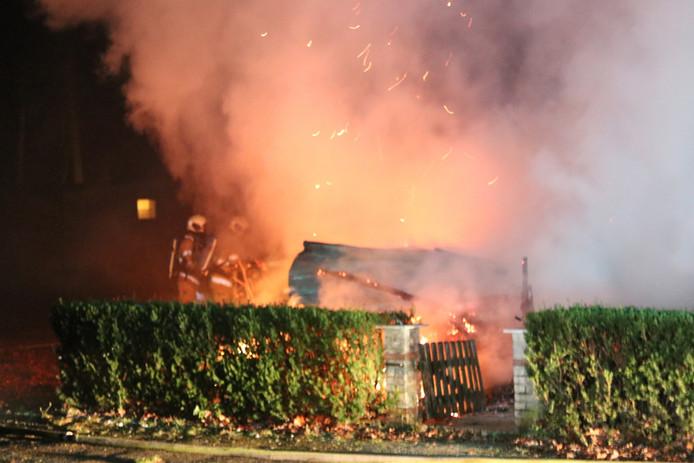 Een uitslaande brand verwoestte vannacht een stacaravan op camping Bergbad in Rhenen.
