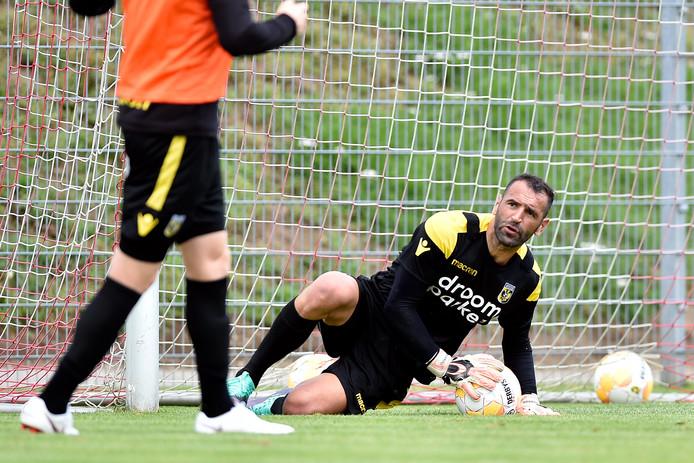 Doelman Eduardo tijdens de training van Vitesse in het Oostenrijkse Sankt Veit an der Glan.