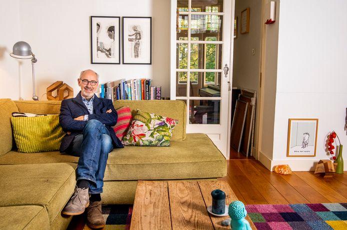 Don Satijn in zijn appartement aan de Heemraadssingel. De woning is klein, fijn en hoog.