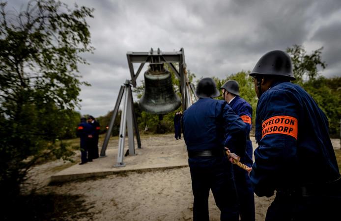 Leden van het Erepeloton Waalsdorp luiden de klok bij het monument. De leden mogen niet te dik zijn, vindt de organisatie.