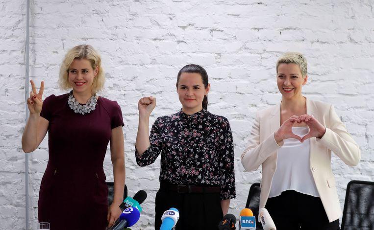 Svetlana Tikhanovskaya in het midden neemt het op tegen president, Aleksandr Loekasjenko van Wit-Rusland. Zij wordt gesteund door de echtgenote en de campagneleidster van twee kandidaten die niet mee mogen doen met de presidentsverkiezingen in Wit Rusland.                  Beeld Reuters, Vasily Fedosenko