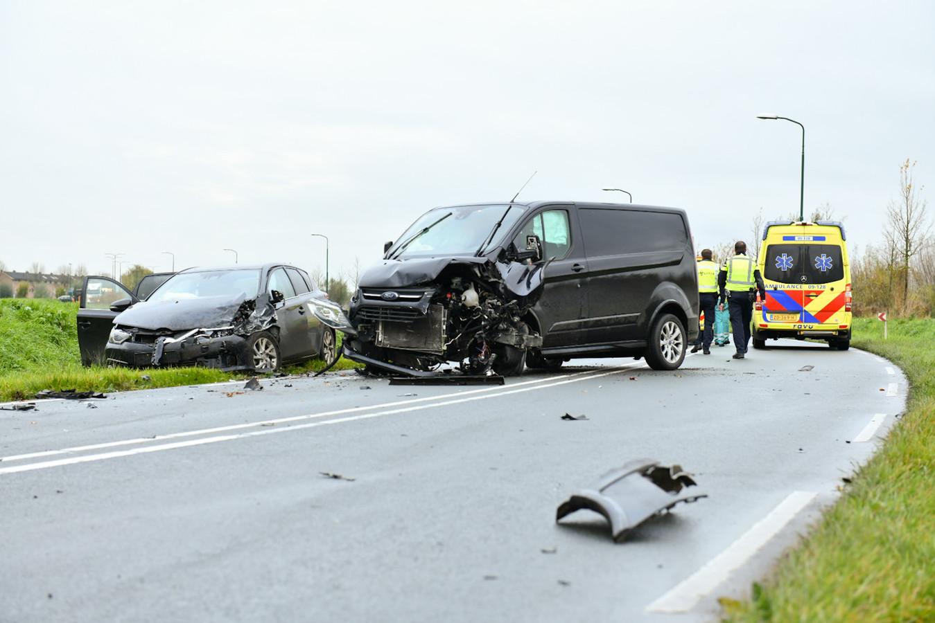 Bij de botsing op de Rondweg raakten twee mensen gewond.