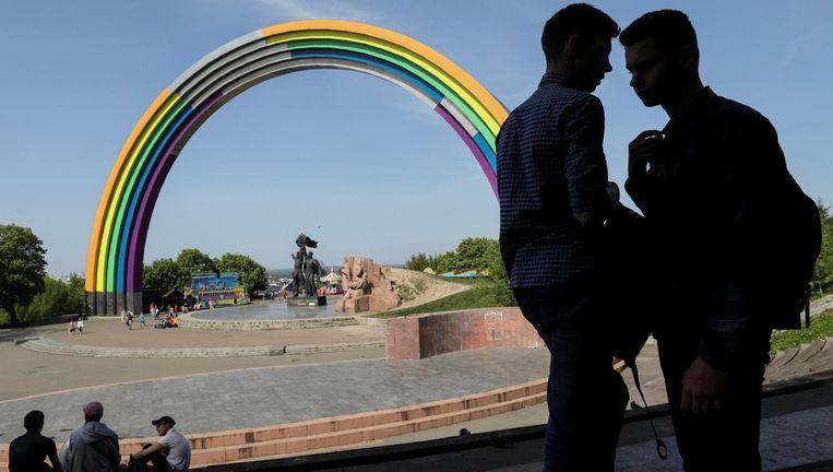 Regenboog Ter gelegenheid van het Songfestival en om de diversiteit te vieren heeft het Sovjetmonument 'Vriendschapsboog van de naties' de kleuren van de regenboog gekregen. Beeld reuters