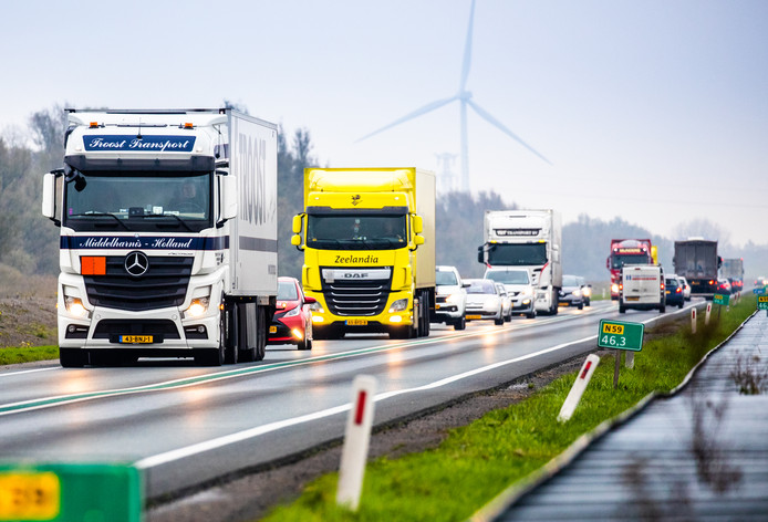Vrachtverkeer op de N59 in de buurt van Achthuizen en Oude-Tonge.
