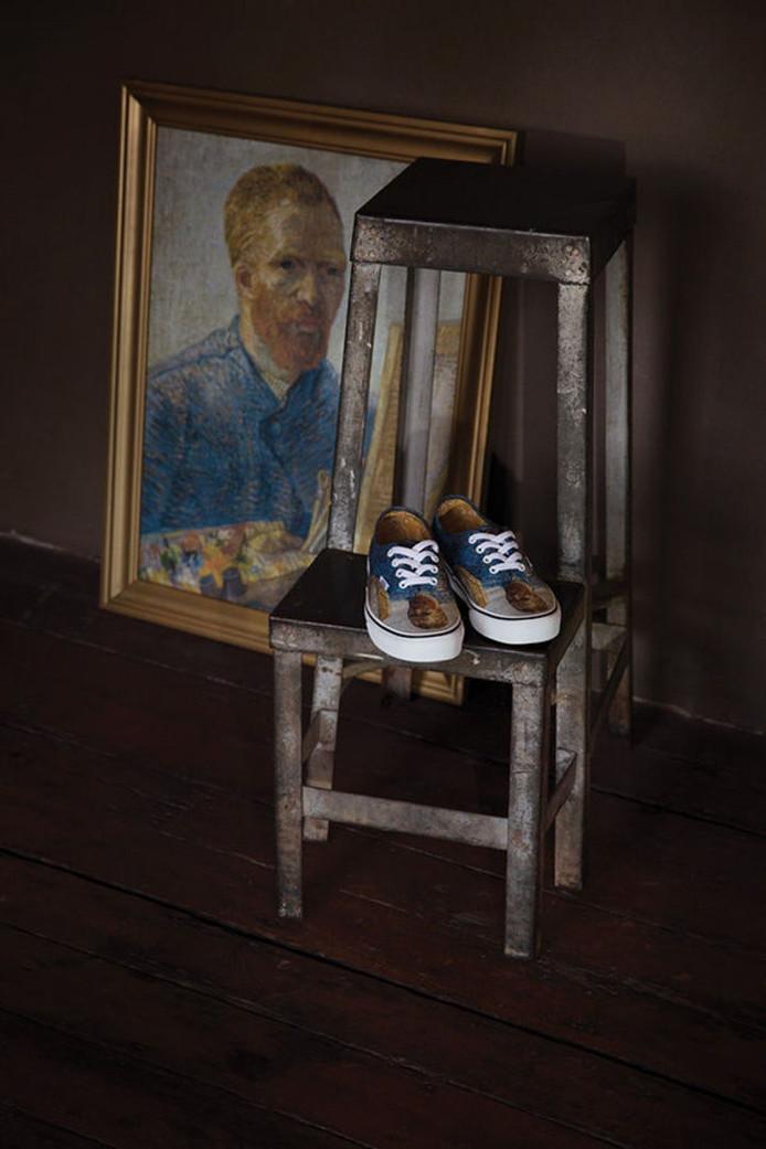 Zelfportret van Van Gogh als schilder op doek en op de sneakers.