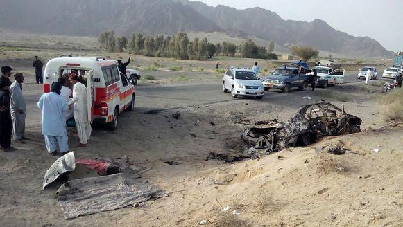 De uitgebrande taxi waarin de talibanleider vervoerd werd.