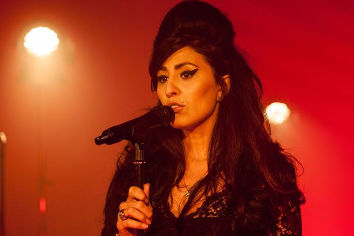De Siciliaanse zangeres Alba Plano zingt als Amy Winehouse.