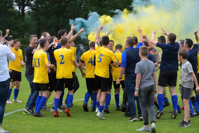 Spelers en supporters van Hulsel vieren de overwinning