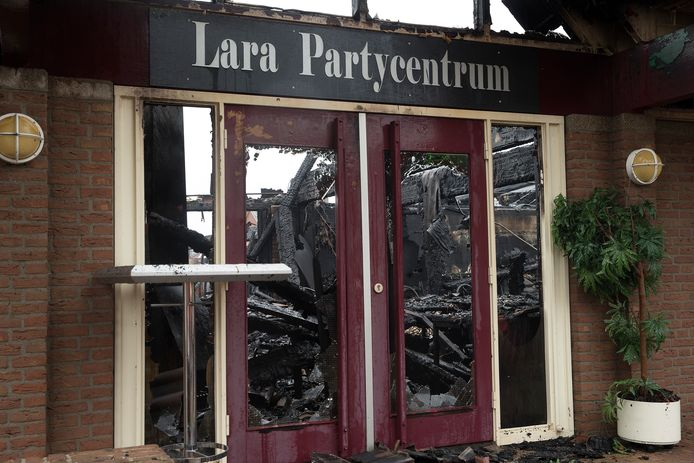 De brand richtte grote schade aan zalencentrum Lara.