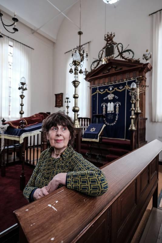 Mirjam Schwarz in de synagoge in Winterswijk.