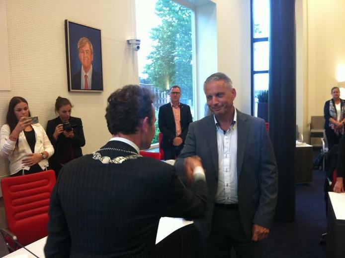 Burgemeester Mark Slinkman feliciteert de nieuwe wethouder Alex ten Westeneind.