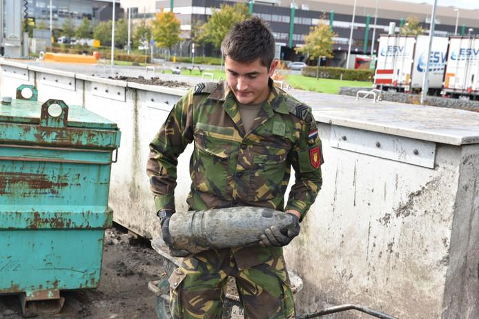Bij de Zwaansheulbrug in Honselersdijk is een granaat van zo'n 42 centimeter lang gevonden.